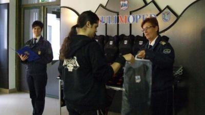 Védőeszközöket kaptak a tréningen résztvevő diákok. Fotó: police.hu