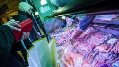 Halárusítás a fővárosi Központi Vásárcsarnokban (MTI-fotó: Balogh Zoltán)