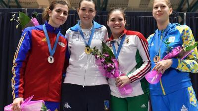 A csabaiak nem jutottak messzire Udinében, a BVSC-s Borsody Emma bronzérmes lett (jobbról a második, fotó: hunfencing.hu/Augusto Bizzi)