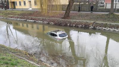 A szélvédőig süllyedt az autó. Fotó: Zsíros András
