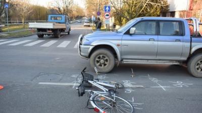 Békéscsabán egy kerékpáros nő hajtott neki egy személyautónak (Fotó: police.hu)