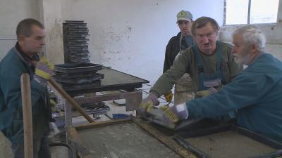 Békéscsabán például járdalap készítésével foglalkoznak a közmunkások. Fotó: 7.TV