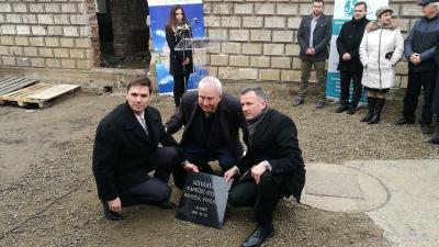 (balról) Kiss Szabolcs, Kovács József és Görgényi Ernő elhelyezik az alapkövet