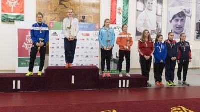 Dékány Kinga (balról a harmadik) betegen is érmet nyert (Fotó: Magyar Vívó Szövetség)