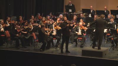 Két világhírű művész egy színpadon – Káli Gábor karmester és Szabadi Vilmos hegedűművész Békéscsabán. Fotó: Kugyelka Attila