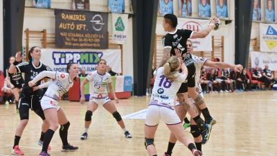 A fekete mezes Kisvárda a második félidőben jobb volt a csabaiaknál (Fotó: kisvardaikezi.hu)