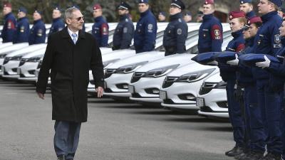 Pintér Sándor belügyminiszter a rendőrség új szolgálati autóinak átadásán a Készenléti Rendőrség központi objektumában (MTI-fotó: Máthé Zoltán)