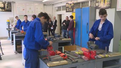 Mind az öt békéscsabai járműipari fémalkatrész-gyártó szakos tanulónak sikerült a keddi szintvizsgája a Trefort szakiskolában. Fotó: Barna Tamás