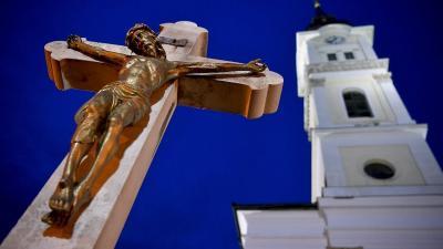Feszület a mezőkövesdi Szent László római katolikus templom előtt nagyszombat este (MTI Fotó: Czeglédi Zsolt)