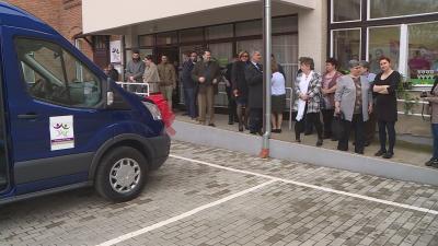 A kilencszemélyes kisbusz pénteken már munkába is állt a Mozgáskorlátozottak Békés Megyei Egyesületénél. Fotó: Kugyelka Attila