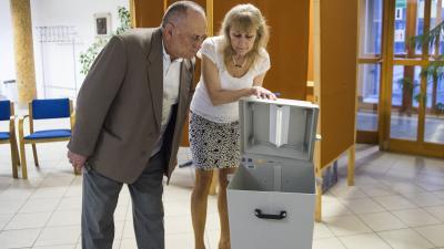 Az elsõ szavazó, Orosz Zoltán hitelesít egy urnát Nyíregyházán, a Debreceni Egyetem Egészségügyi Karán kialakított szavazókörben az országgyûlési képviselõ-választáson 2018. április 8-án.MTI Fotó: Balázs Attila