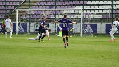 Nagy István (10-esben) fogadja a két gólt szerző Birtalant (Fotó: Békéscsaba 1912 Előre)