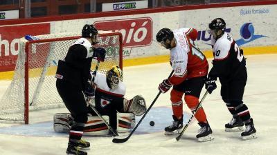 Kóger Dániel (pirosban) is sokat tehet a magyar csapat sikereiért (MTI Fotó: Vajda János)