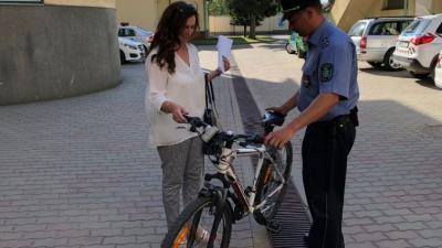 A lopott biciklit visszaadták a tulajdonos édesanyjának. Fotó: police.hu