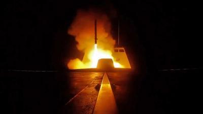 A francia hadsereg által kiadott képen egy cirkáló rakéta indításáról egy francia katonai hajón (Fotó: Handout / AFP)