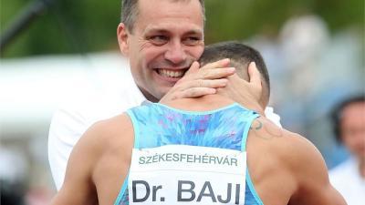 Gyulai Miklós, a szövetség elnöke köszönti Baji Balázst tavalyi országos csúcsa után (Fotó: Földi Imre)