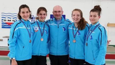 A kupagyőztes lányok, Szabó Réka, Petri Renáta, Dékány Kinga és Kazár Dóra (balról jobbra) és a mester, Galli Zsolt (Fotó: AVA)