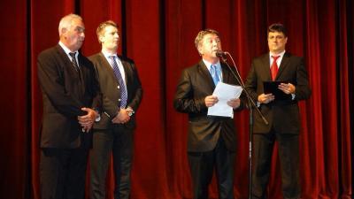 Takács Péter (a mikrofonnál) az aradi színházban tartott ünnepségen