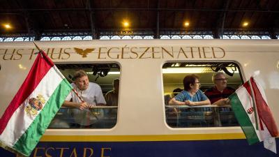 Utasok a csíksomlyói búcsúba induló Boldogasszony zarándokvonaton a Nyugati pályaudvaron (MTI fotó: Mohai Balázs)