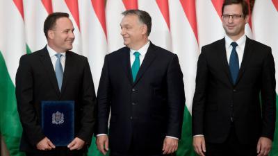 Dr. Takács Árpád kormánymegbízott (b), miután átvette a kinevezési okmányt Orbán Viktor miniszterelnöktől a Parlament Vadásztermében. Mellettük Gulyás Gergely, a Miniszterelnökséget vezető miniszter (j) (MTI fotó: Koszticsák Szilárd)
