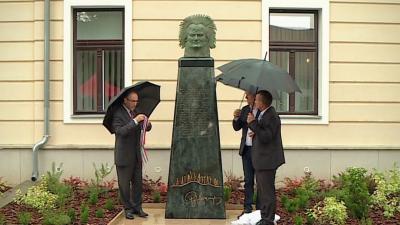 Fekete Péter, Dankó Béla és Ribárszki Péter közösen leplezték le az első, Kepenyes által készített szobrot, amelyet magyar közterületen állítottak fel. Fotó: Kugyelka Attila