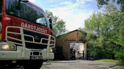 Tűz ütött ki Szarvason egy raktárépületben. Fotó: Zs.A.