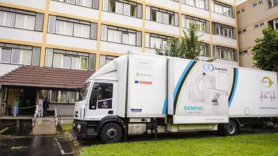Az eszközt szállító kamion az Orosházi Kórháznál. Fotó: Orosházi Kórház/Melega Krisztián