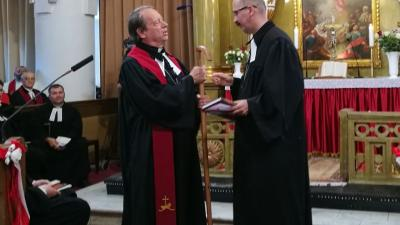 Gáncs Péter leköszönő püspök (balra) átadja a szolgálatot jelképező pásztorbotot utódjának (Fotó: Zsíros András)
