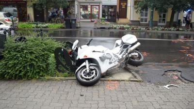 A balesetben a rendőr súlyosan megsérült. Fotó forrás police.hu
