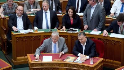Budapest, 2018. június 20. Orbán Viktor miniszterelnök (elöl j) és Semjén Zsolt miniszterelnök-helyettes (elöl b) szavaz a kormány