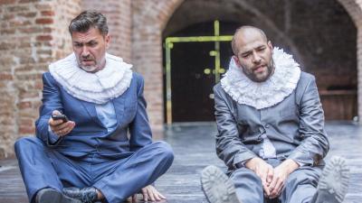 Tege Antal (b) Rosencrantz és Gulyás Attila (j) Guildenstern szerepében a XIV. Shakespeare Fesztiválon (MTI fotó: Rosta Tibor)