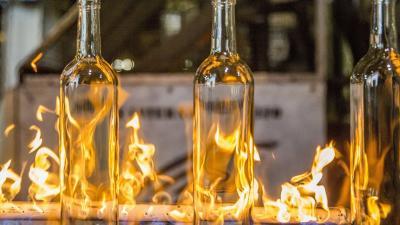 Felületkezelik az üvegpalackokat az O-I Manufacturing Magyarország Üvegipari Kft. orosházi üzemében a cég újjáépített kemencéjében (MTI Fotó: Rosta Tibor)