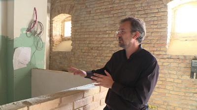 Kutyej Pál Gábor lelkész a leendő vendéglátó pult helyét mutatja