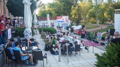 Békéscsabán a Csabagyöngyénél várták együtt a pontszámokat a felvételizők (fotó: Csabagyöngye Kulturális Központ)