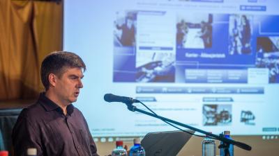Molnár Ákos, az Informatika a Látássérültekért alapítvány munkatársa vonatjegyet vásárol egy szoftver segítségével a sajtótájékoztatón (MTI fotó: Balogh Zoltán)