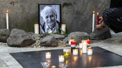 Mécsest gyújt egy megemlékező Kányádi Sándor emlékére (MTI fotó: Szigetváry Zsolt)