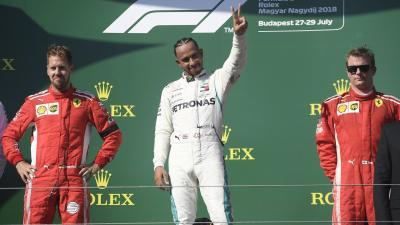 Az első helyezett Lewis Hamilton (k), a második helyezett Sebastian Vettel (b) és a harmadik Kimi Räikkönen lett Mogyoródon a Hungaroringen (MTI fotó: Kovács Tamás)