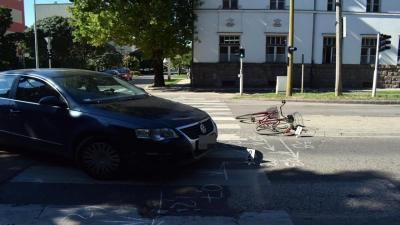 Szarvason, a Petőfi utca és a Szabadság út kereszteződésében egy személygépkocsi összeütközött egy kerékpáros nővel (fotó: police.hu)