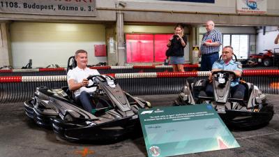 David Coulthard, korábbi Formula-1 pilótát Óberling József rendőr ezredes, az ORFK-OBB ügyvezető elnöke hívta ki gokartversenyre (fotó: police.hu)