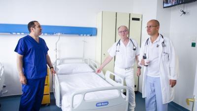 dr. Alzubi Ali, dr. Hudák János és dr. Sahin-Tóth Gábor főorvosok az új kórtermet vizsgálják. Fotó: Orosházi Kórház/Melega Krisztián