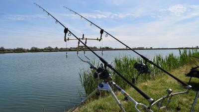 A horgászok szívesen időznek a csabai tavaknál (Archív fotó: Tószögi György)