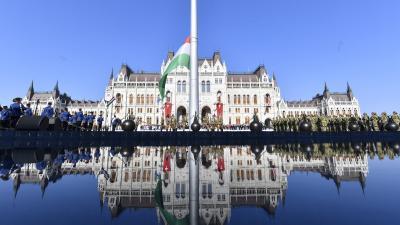 Budapest, 2018. augusztus 20. Felvonják a nemzeti lobogót az augusztus 20-i nemzeti ünnepen a budapesti Kossuth téren 2018. augusztus 20-án. MTI Fotó: Illyés Tibor