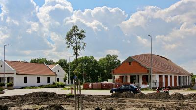 A Kolbászmúzeum mellett épül az új látogatóközpont - a kép jobb oldalán található nyílra kattintva lapozhat galériánkban (fotók: Milyó Pál)
