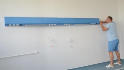 Szerelik az új fali ellátósávot. Fotó: Melega Krisztián/Orosházi Kórház