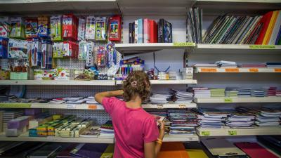 Tanszereket válogat a szeptember eleji iskolakezdésre készülve egy kislány egy belvárosi papír-írószer szaküzletben Budapesten 2018. augusztus 27-én.MTI Fotó: Balogh Zoltán