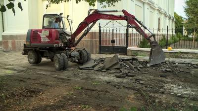 A régi burkolatot már megbontották. Fotó: Kugyelka Attila