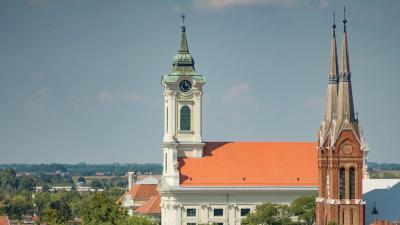 A felújított evangélikus nagytemplom és a római katolikus templom Békéscsabán. Fotó: behir.hu/Varga Diána