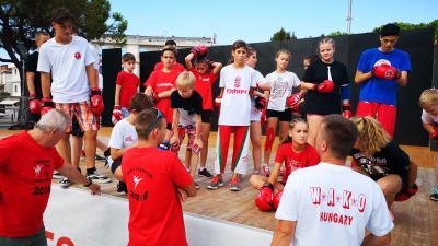 Készülnek a versenyekre a fiatalok az olaszországi kick-box világbajnokságon. Fotó: egyesület