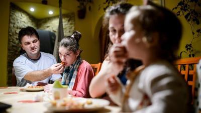 Lili a családjával vacsorázik az otthonukban, Karancskesziben 2015. március 26-án. MTI Fotó: Komka Péter