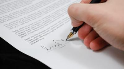 Drága lesz az aláírás a közjegyzőnél